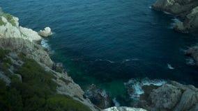 Palma de Mallorca, Spanien, schöne Klippen, hoch--oben Ansicht, Felsen und viele Anlagen und Bäume, Meer im Hintergrund, spanisch stock footage