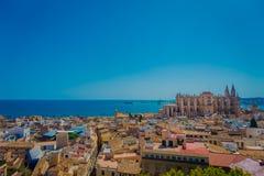 PALMA DE MALLORCA, SPANJE - AUGUSTUS 18 2017: Schitterende mening van daken van de stad van Palma de Mallorca met de Kathedraal Stock Afbeeldingen