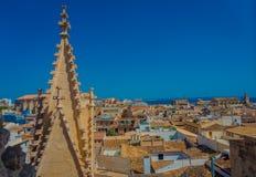 PALMA DE MALLORCA, SPANJE - AUGUSTUS 18 2017: Schitterende mening van daken van de stad van Palma de Mallorca met de Kathedraal Royalty-vrije Stock Foto's