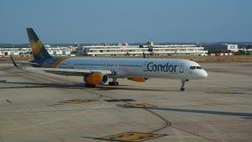Palma de Mallorca, Spanje Condor Tomas Cook Boeing 757 bij Palma de Majorca-luchthaven stock video