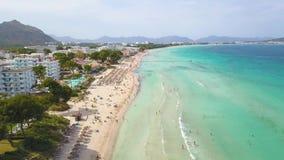 Palma de Mallorca, Spanje, het turkooise overzees en zijn mooi strand met met stro bedekken paraplu's! stock video