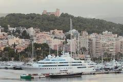 Palma-de-Mallorca, Spanje - 02 Oct, 2018: Jacht in zeehaven en stad op heuvel royalty-vrije stock afbeelding