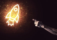 Palma del hombre que presenta el icono del web de Rocket como concepto de la tecnología Foto de archivo