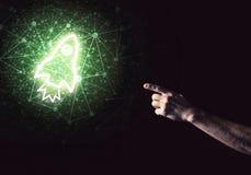 Palma del hombre que presenta el icono del web de Rocket como concepto de la tecnología Fotografía de archivo libre de regalías