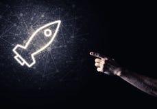 Palma del hombre que presenta el icono del web de Rocket como concepto de la tecnología Imagen de archivo