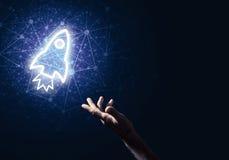 Palma del hombre que presenta el icono del web de Rocket como concepto de la tecnología Foto de archivo libre de regalías