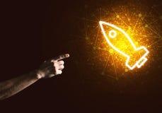 Palma del hombre que presenta el icono del web de Rocket como concepto de la tecnología Fotografía de archivo