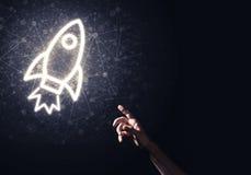 Palma del hombre que presenta el icono del web de Rocket como concepto de la tecnología Fotos de archivo libres de regalías