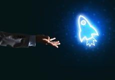 Palma del hombre que presenta el icono del web de Rocket como concepto de la tecnología Imagen de archivo libre de regalías