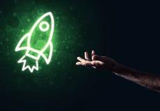 Palma del hombre que presenta el icono del web de Rocket como concepto de la tecnología Imágenes de archivo libres de regalías