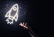 Palma del hombre que presenta el icono del web de Rocket como concepto de la tecnología Imagenes de archivo