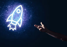 Palma del hombre que presenta el icono del web de Rocket como concepto de la tecnología Fotos de archivo