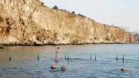 Palma dell'ombrello e di spiaggia rappresentata nella riflessione degli occhiali da sole video d archivio