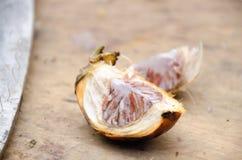 Palma di noce di betel o della noce di betel sopra il fondo del tagliere selec fotografia stock