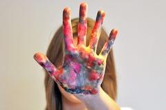 Palma, fingeres de un adolescente en pintura Fotografía de archivo