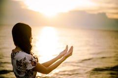 A palma humana entrega a ação como reza para adorar imagem de stock royalty free
