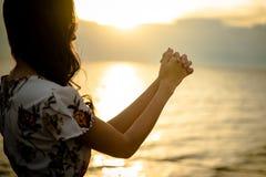 A palma humana entrega a ação como reza para adorar fotos de stock
