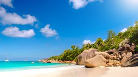 Palma y panorama tropical de la playa Playa de Anse Lazio en la isla de Praslin, Seychelles fotografía de archivo libre de regalías