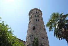 Palma y torre de alarma en Ravena. Italia fotografía de archivo libre de regalías