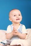 Palmadas y sonrisas del niño Imagenes de archivo