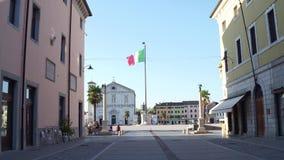 PALMANOVA ITALIEN - AUGUSTI 11, 2017 Italiensk flagga i mycket mitten av stadsfyrkanten Arkivfoto