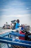 Palmarin,塞内加尔- 2013年10月30日:微笑和操纵木渔船的未认出的小非洲男孩 免版税库存图片