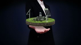Palmas abertas da mulher de negócios, painel da energia solar, energia Eco-amigável na terra do ciclo video estoque