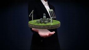 Palmas abiertas de la empresaria, el panel de energía solar, energía respetuosa del medio ambiente en la tierra del ciclo almacen de video