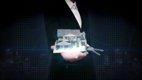 Palmas abiertas de la empresaria, propiedades inmobiliarias, casa construida y llave de la casa almacen de metraje de vídeo