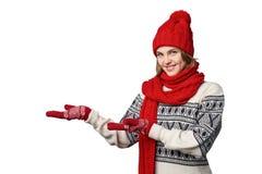 Palmas abiertas tenencia de la mujer del invierno delante de sí misma Imágenes de archivo libres de regalías