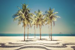 Palmas en la playa de Copacabana en Rio de Janeiro Fotografía de archivo libre de regalías