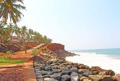 Palmas, océano y camino La India del sur Fotografía de archivo