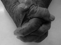 Palmas rezando do ancião imagem de stock