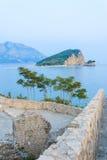 Palmas y el mar con las montañas Fotos de archivo