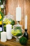 Palmatoria con la vela y mimosa en florero Imagen de archivo