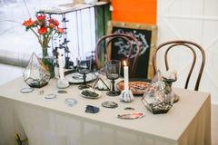 Palmatoria de piedra con el vajilla de la vela y de la boda de las decoraciones festivas de la boda de la tabla Fotos de archivo