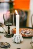 Palmatoria de piedra con la vela, el vidrio y otros elementos de las decoraciones festivas de la boda de la tabla Foto de archivo