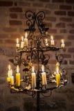 Palmatoria histórica con las velas ardientes de una cera Foto de archivo