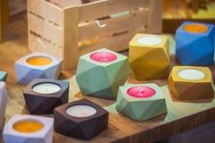 Palmatorias de madera originales de moda de formas geométricas de diversos colores Imagenes de archivo