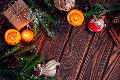 Palmatorias hechas de mandarines con las ramas, los juguetes y los presentes del abeto en la tabla de madera Fondo de la Navidad  Fotos de archivo libres de regalías
