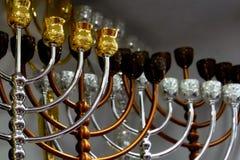Palmatorias judías, menorah y menorah festivo de Jánuca imagenes de archivo