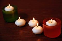 Palmatorias y velas de cristal en la tabla de madera Foco selectivo Imágenes de archivo libres de regalías