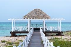 Palmbladenschuilplaats in Caraïbisch paradijs, Cayo Guillermo, Cuba royalty-vrije stock fotografie
