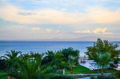 Palme decorative dal mare Il cielo è coperto di belle nuvole La Grecia Fotografia Stock