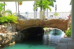 Palme di una barca, del ponte e sull'isola di Aruba fotografie stock libere da diritti