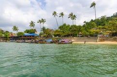Palme e barca tailandese tradizionale di Longtail sulla spiaggia. immagini stock libere da diritti