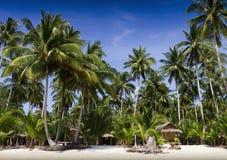 Palme e bungalow sulla spiaggia Fotografia Stock