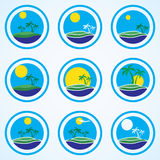 Palme e sole, modello di progettazione di logo della stazione balneare insieme tropicale dell'icona di vacanza o dell'isola Immagini Stock