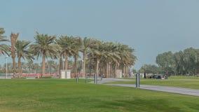 Palme nel timelapse di MIA Park, situato su una conclusione dei sette chilometri di Corniche di lunghezza nella capitale di Qatar Immagini Stock