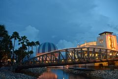 Palme, ponte, aerostato variopinto e ristorante italiano di stile di Art Deco, in primavera di Disney, lago Buena Vista fotografie stock